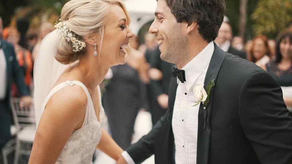 Lachendes Hochzeitspaar